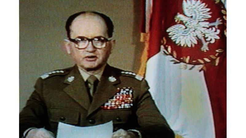 Jaruzelski wprowadza stan wojenny.